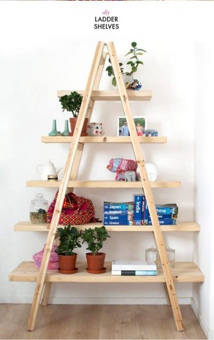 Стеллаж треугольной формы, на котором можно разместить небольшие комнатные растения и книги.