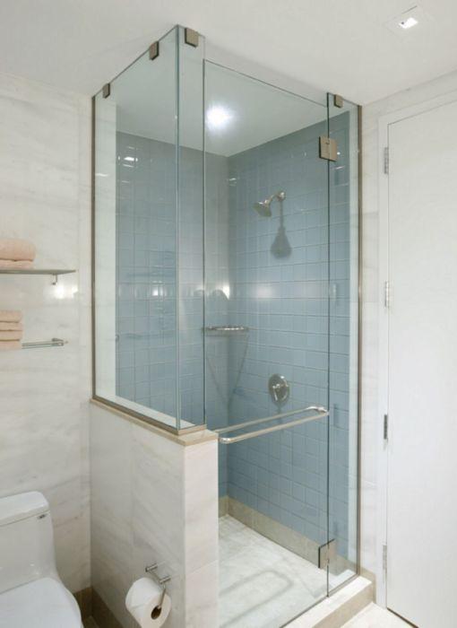 Небольшая стеклянная душевая кабина поможет сэкономить пространство в малогабаритной ванной комнате.