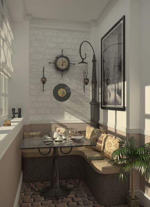 Стильная лоджия, оформленная в современном стиле, с удобной мебелью и необычным светильником в средневековом стиле.
