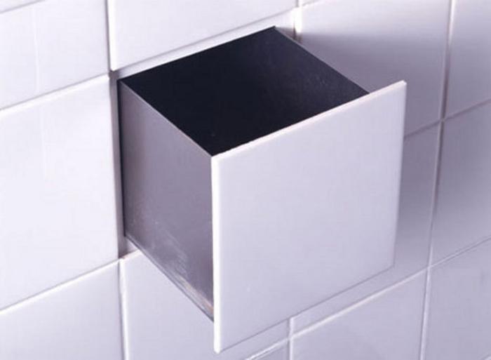В стене ванной комнате можно сделать необычный тайник под плиткой.