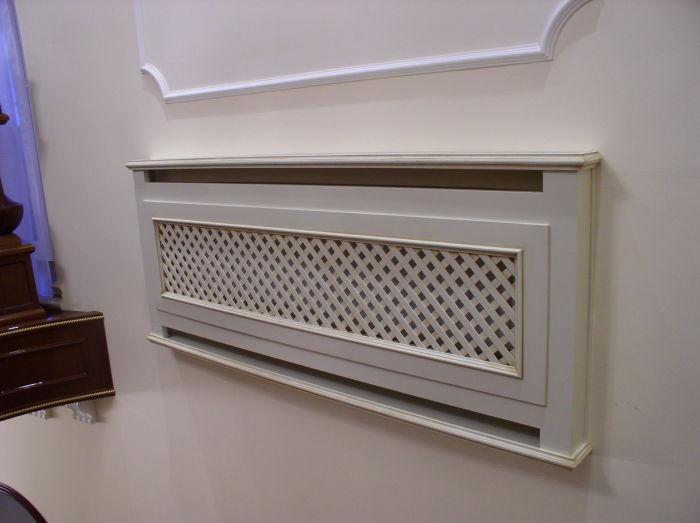 Полка, скрытно вмонтированная в стену, выгодно подчеркивает достоинства современного интерьера.
