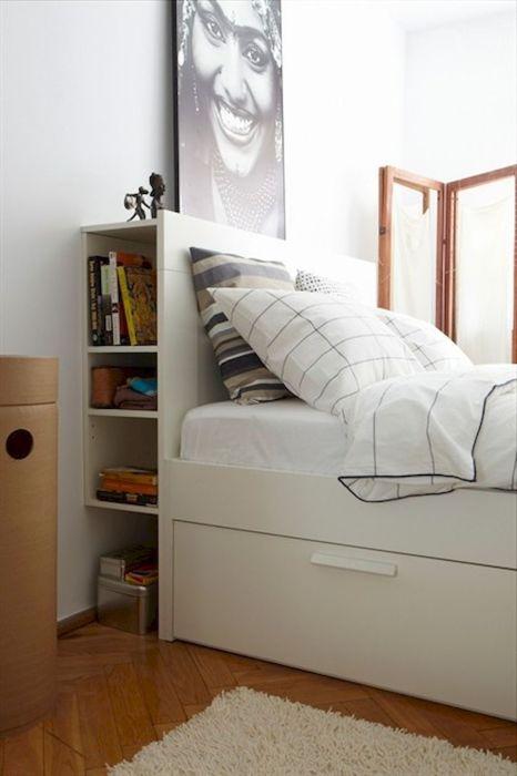 Чтобы увеличить место для хранения вещей, можно купить кровать, в которой ящики будут располагаться у изголовья кровати.