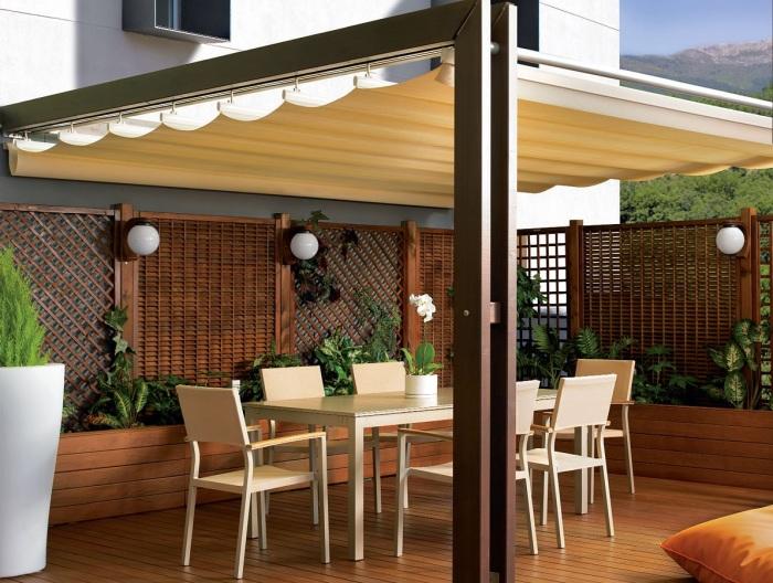 Веранда с раздвижной тентовой крышей - отличное решение для создания на свежем воздухе стильного и уютного место для отдыха.