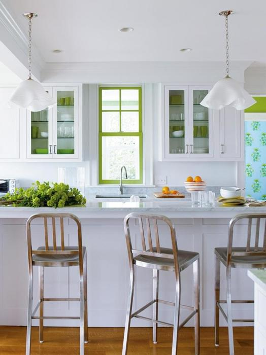 Светлые кухни с яркими салатными акцентами особенно актуальны для современного дизайна.