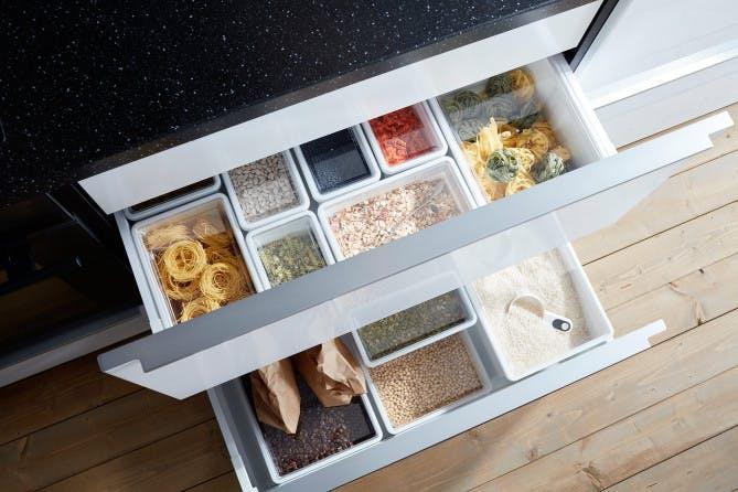 Для хранения круп и различных приправ можно использовать обычные стеклянные или пластиковые контейнеры, которые значительно разгрузят место в шкафах и помогут навести порядок на кухне.