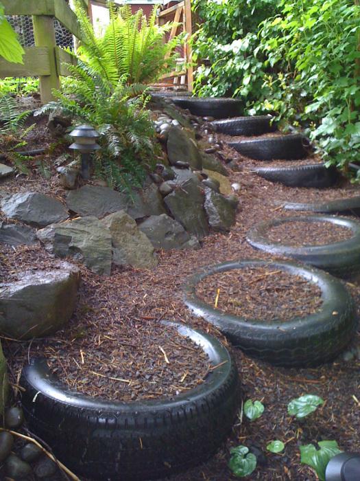 Лучше всего использовать автомобильную покрышку для создания классической садовой дорожки.
