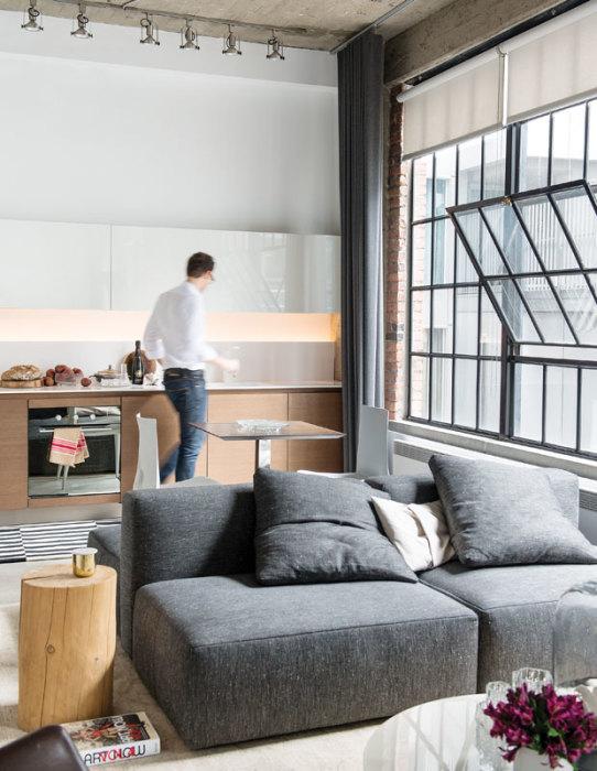 Современный дизайнерский прием, когда кухню совмещают с гостиной комнатой, уже не является новинкой.