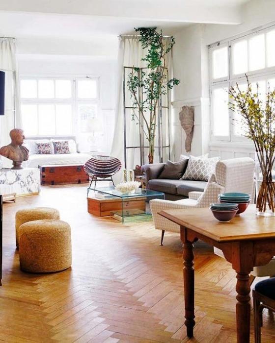 Гостиная, в которой были применены традиционные приемы разделения общего пространства помещения на функциональные зоны.