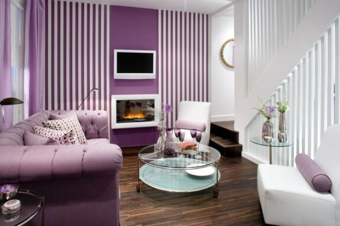Фиолетовый цвет и декоративный камин позволят создать восхитительную и уютную атмосферу в гостиной.