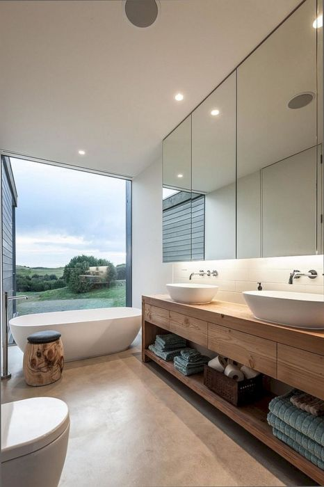 В наше время окна в ванных комнатах чаще встречаются в больших загородных домах