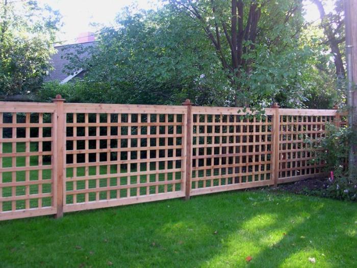 Деревянный забор, который идеально сочетается с ландшафтным дизайном загородного участка.