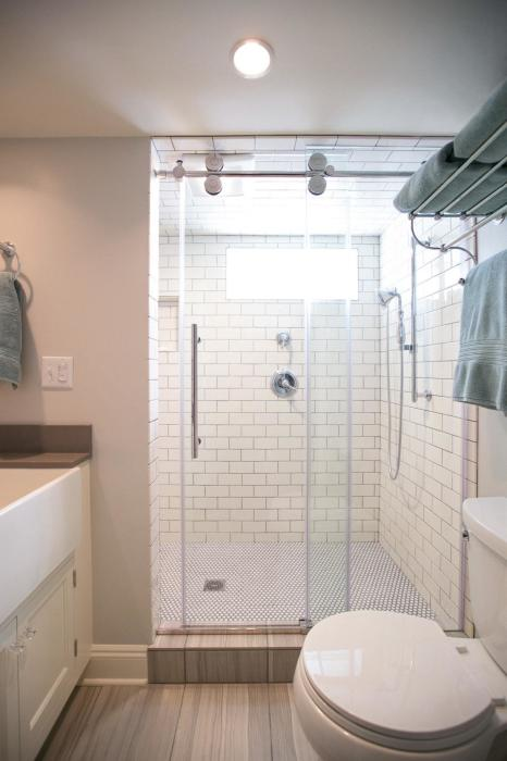 Чтобы обстановка в маленькой ванной комнате не вызывала дискомфорт, лучше для отделки использовать светлые тона и оттенки.