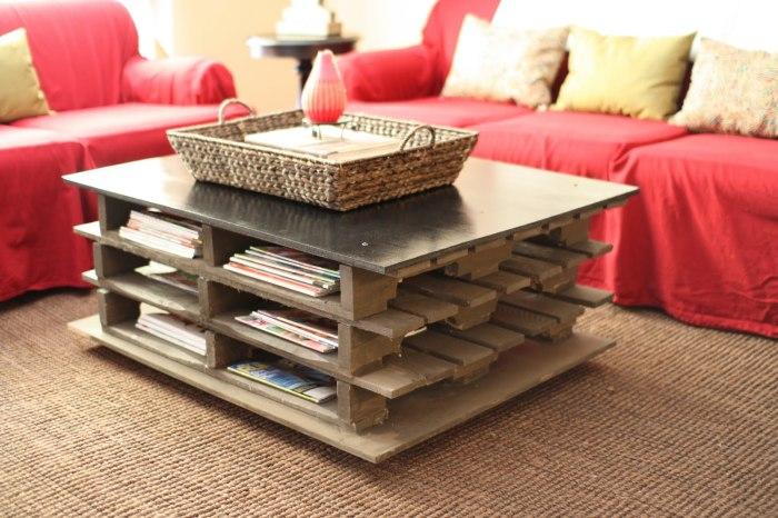 Журнальный столик из деревянных поддонов и металлической столешницы.