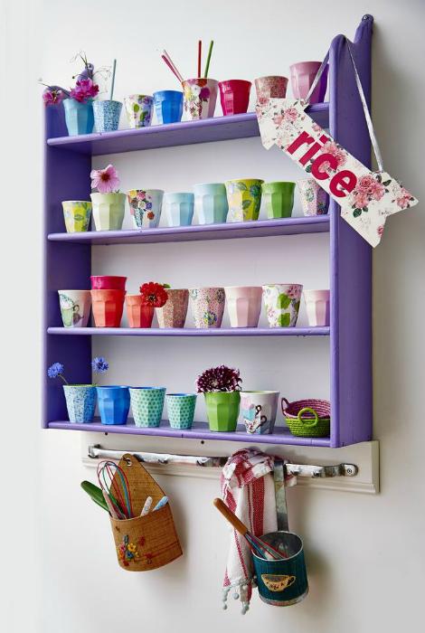 Открытый шкафчик с полками, покрашенный в яркий фиолетовый оттенок, для хранения коллекции чашек может стать ярким акцентом и предметом декора современной кухни.