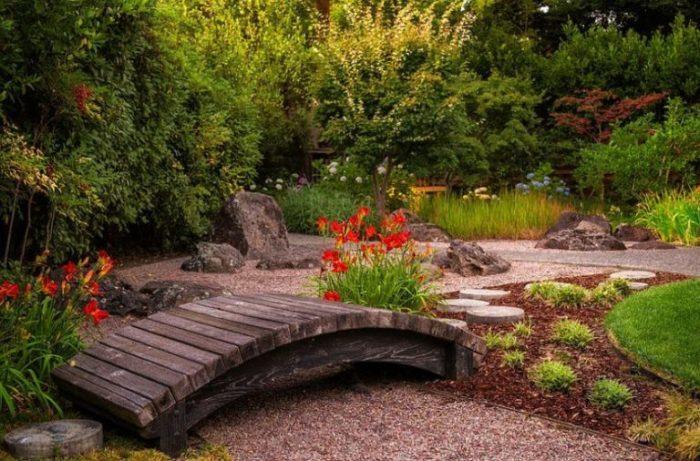 Деревянный мостик придает японскому саду особую атмосферу.