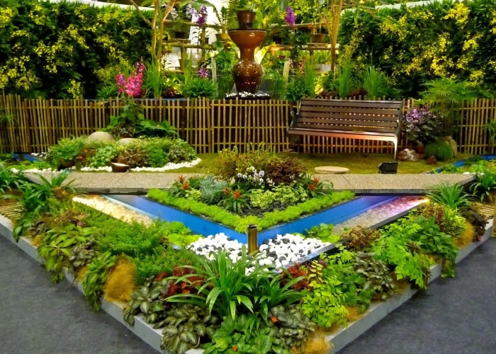 Универсальность бетонных бордюров позволит использовать их в любом уголке садового участка.