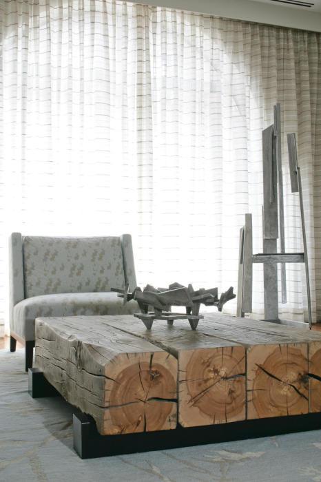 Стол из больших деревянных брусков в стиле лофт.
