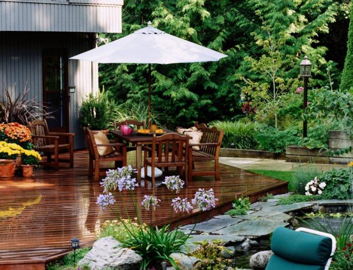 Наилучшее место для отдыха в компании - патио с живописным пейзажем на территории садового участка.