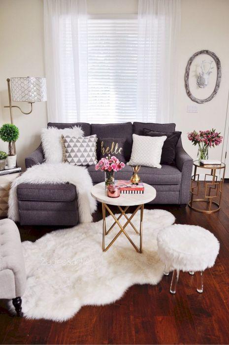 Обычно угловой диван стоит возле стены – наиболее традиционное решение, реализованное в большинстве гостиных комнат.