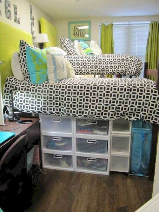 Подиум из коробок и ящиков - полноценный элемент дизайна современной кровати.