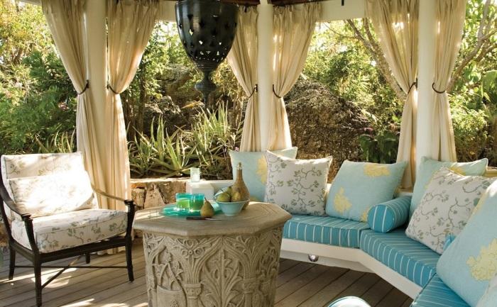Правильно подобранная мебель и множество декоративных элементов помогут создать уют и красоту на веранде.