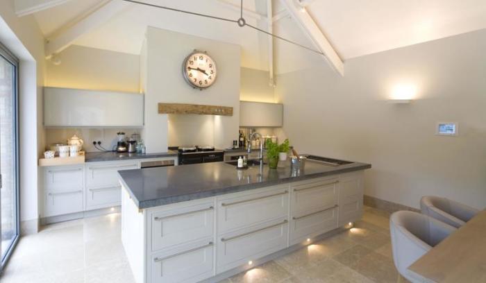 Светло-серая кухня – это огромный простор для фантазии и дизайнерских экспериментов.