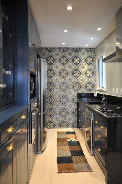 Акцентная стена и не плохое освещение в современном интерьере компактной кухни.