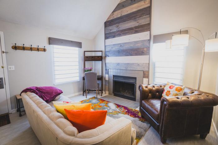 Небольшая гостиная комната, в которой грамотно организованно пространство и идеально подобрано освещение.