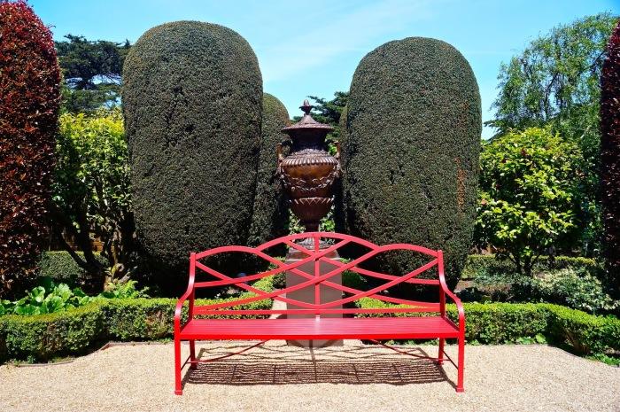 Замечательные скамейки для садового участка, которые поразят своей утонченностью и изыском.