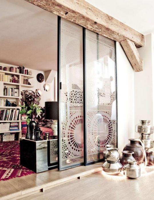 Стеклянная межкомнатная дверь с пескоструйными рисунками.