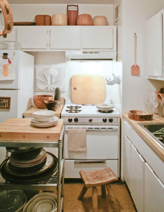 Светлая кухня с необычными деревянными акцентами особенно актуальна для современного дизайна.