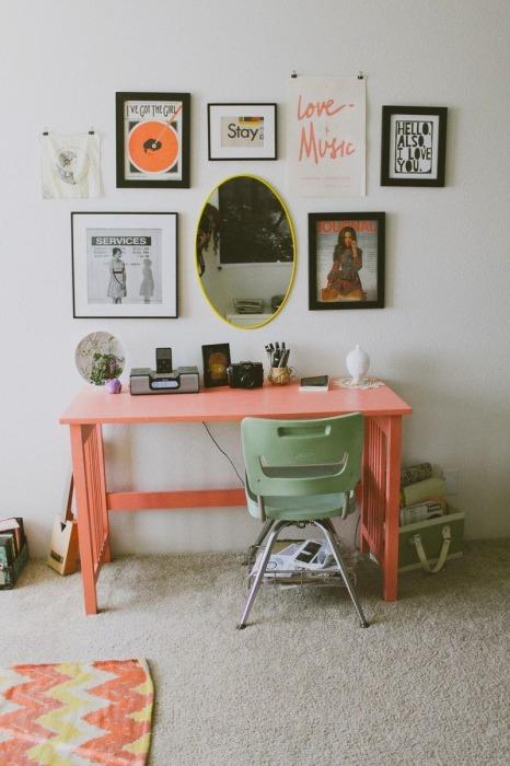 Туалетный столик должен соответствовать общей цветовой гамме, что позволит не создавать диссонанса в интерьере гостиной комнаты.