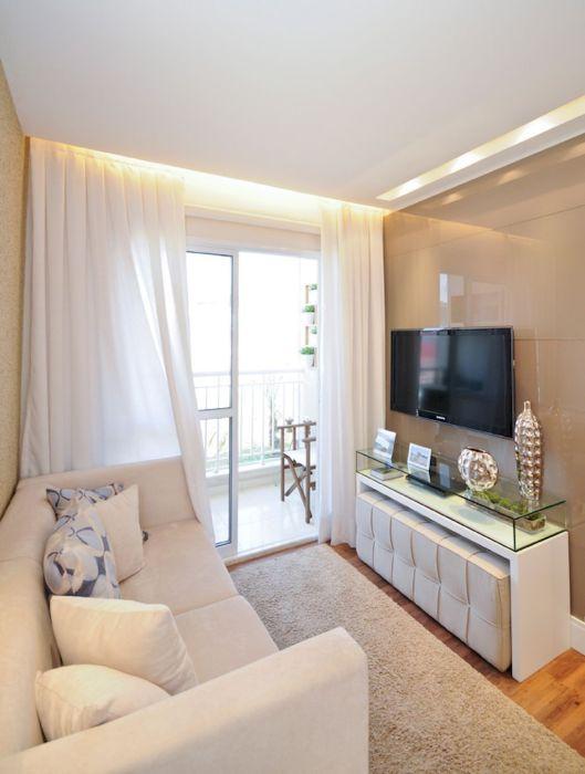 Современная идея оформления небольшой гостиной комнаты в светлых тонах.