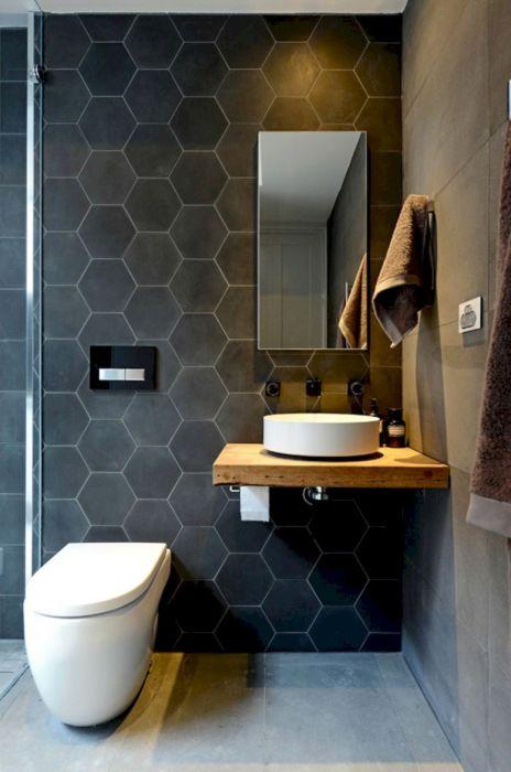 Ванная комната с разнотипным тёмным кафелем необычной формы, который позволит превратить стандартный дизайн в настоящее произведение искусства.