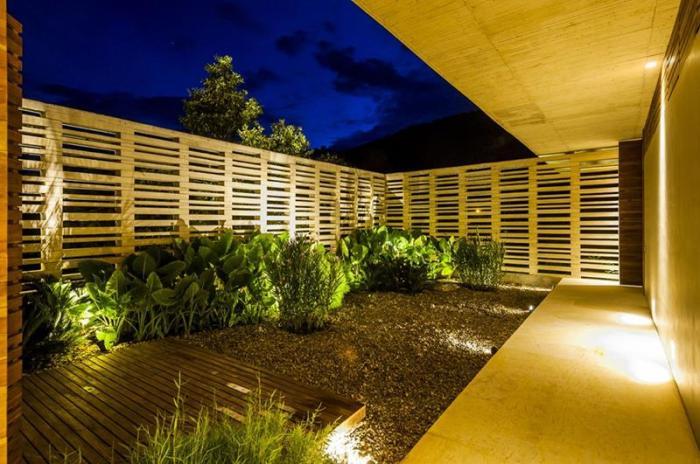 Сделав деревянный забор своими руками, вы создадите уют и надёжность на своём дачном участке.