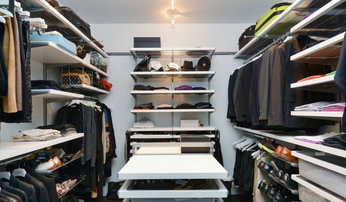 Самостоятельно организованная гардеробная комната для всех членов семьи.