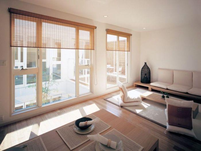 Экранные шторы, большие панельные окна и функциональная мебель часто используются в классическом японском интерьере.