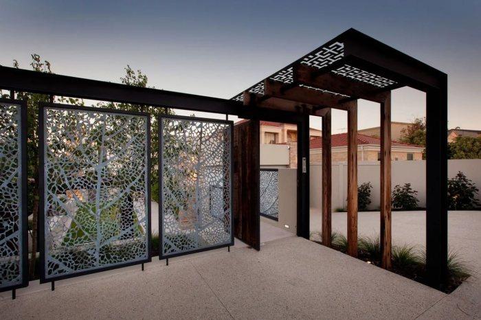 Необычный панельный забор из алюминиевых листов и массивных металлических опор.