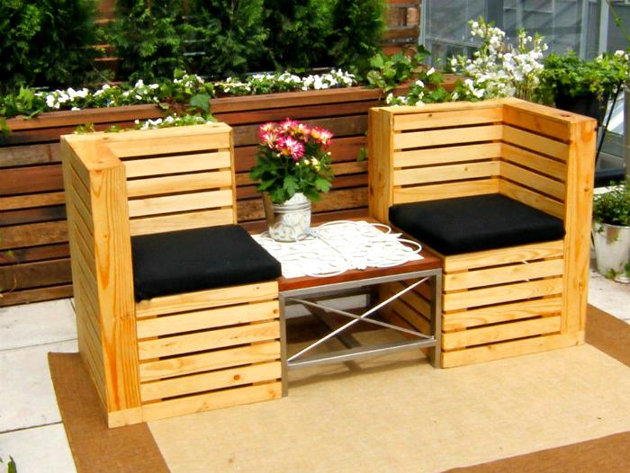 Стулья из поддонов с компактным столиком в центре, которые служат не только украшением, но и местом для отдыха.