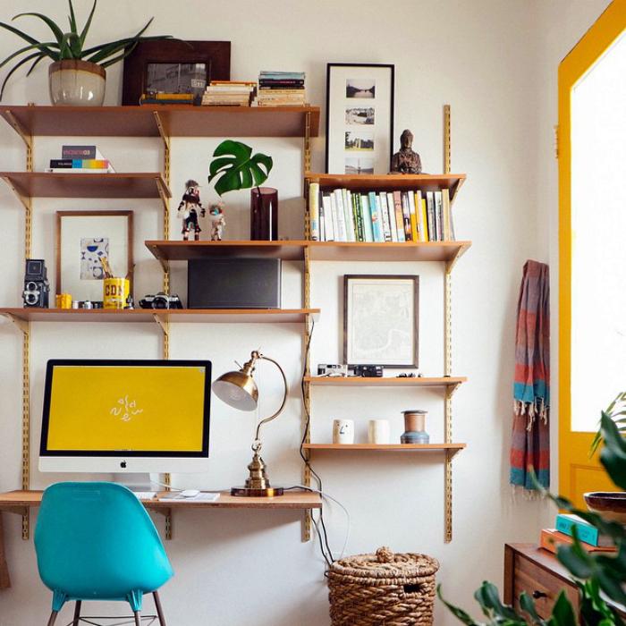 Оригинальный стеллаж станет прекрасной альтернативой привычному рабочему месту, которое занимает массу свободного пространства, и станет идеальным решением для однокомнатной квартиры.