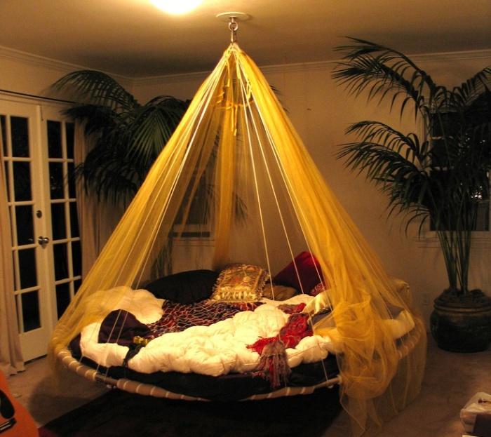Подвесная кровать не только оригинально смотрится в любом интерьере, но и весьма комфортна.