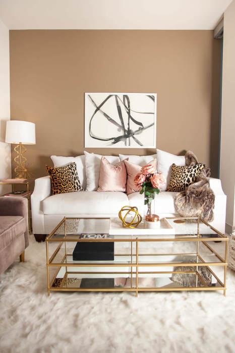 Современный интерьер гостиной комнаты, который излучает элегантность и утонченность, что красиво подчеркивают все декоративные элементы.