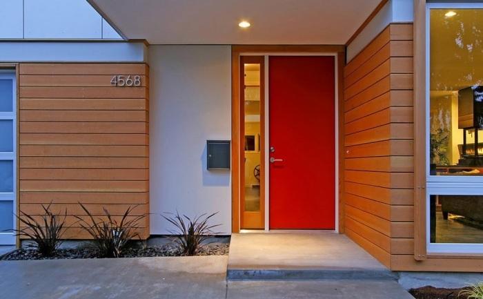 Акцентная дверь красного цвета будет выглядеть нетривиально и привлекательно.