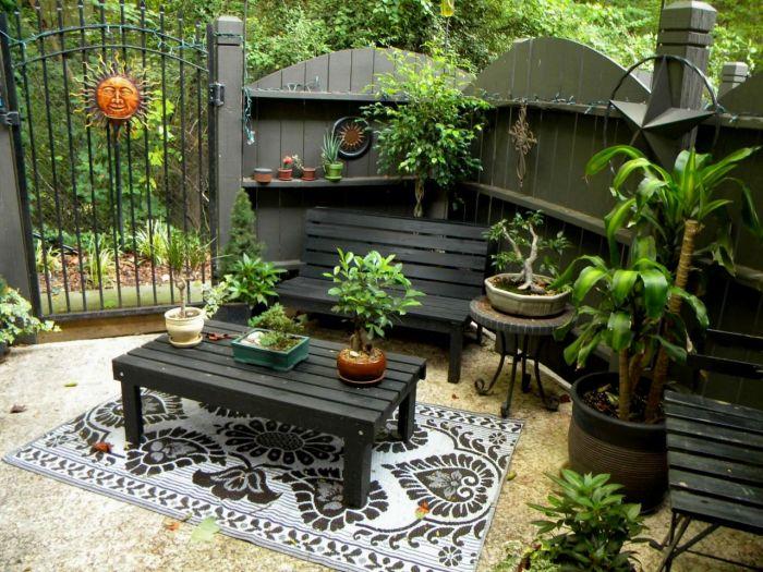 Место для отдыха можно окружить живой изгородью, перголой или оградой, украшенными вьющимися растениями.