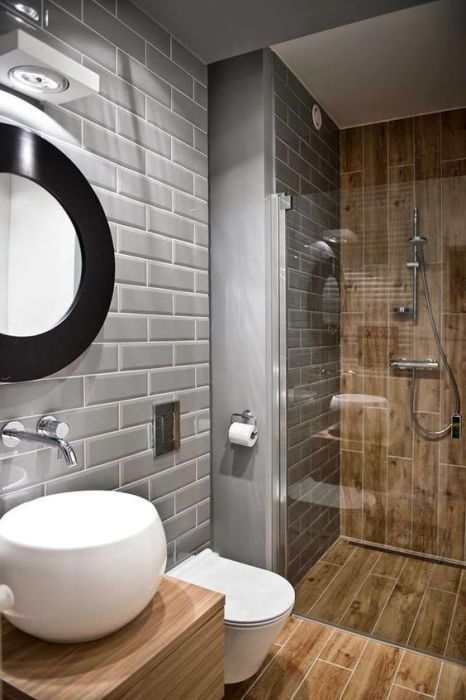 Натуральное дерево как основной декоративный элемент в интерьере ванной комнаты.