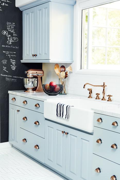 Светло-голубые шкафы в кухонном интерьере позволят создать по-настоящему сказочную атмосферу.