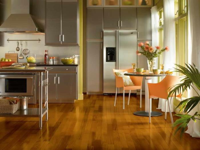 Выбор напольного кухонного деревянного покрытия для неосведомленного человека может оказаться сложной и даже непосильной задачей.