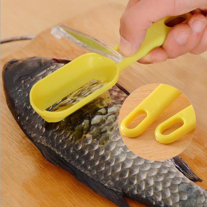 Приспособление для чистки рыбы считается самый удобным и простым в использовании инструментом на кухне.