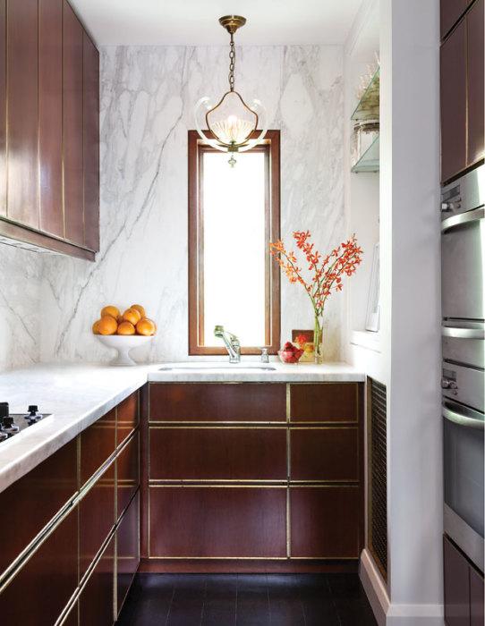 Оригинальный вид и восприятие помещения придаст стена из декоративного мрамора на кухне.