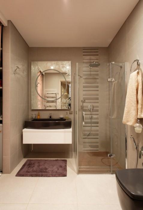 Компактное размещение душевой кабинки в маленькой ванной комнате.